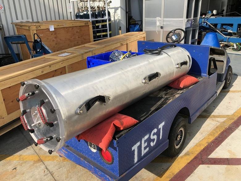 Фотогалерея дня: Илон Маск показал миниатюрную подводную лодку - 2