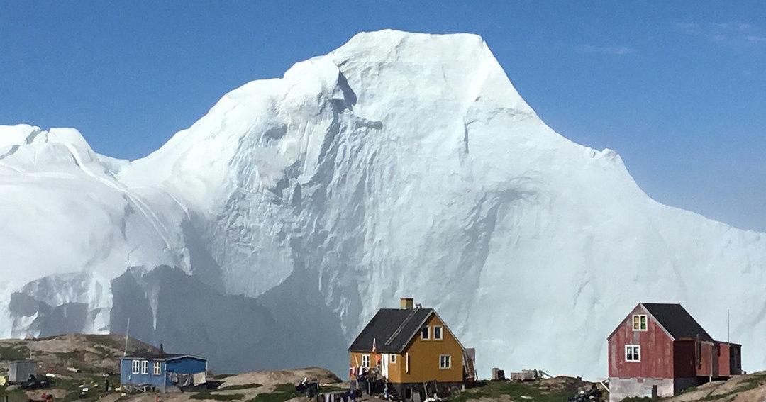 Целую деревню эвакуировали из-за айсберга