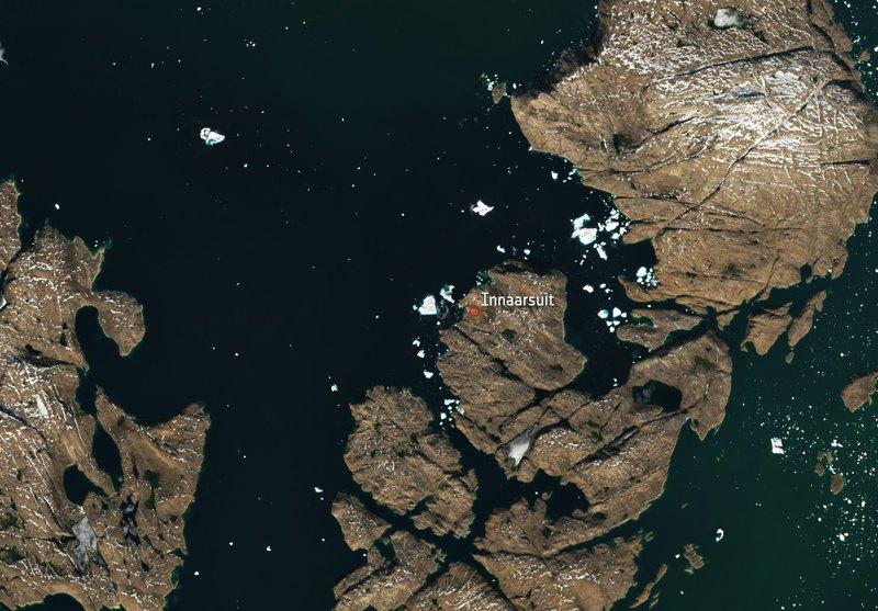 Огромный айсберг угрожает затопить деревню в Гренландии