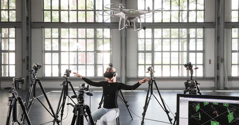 Создана система управления дроном движением корпуса