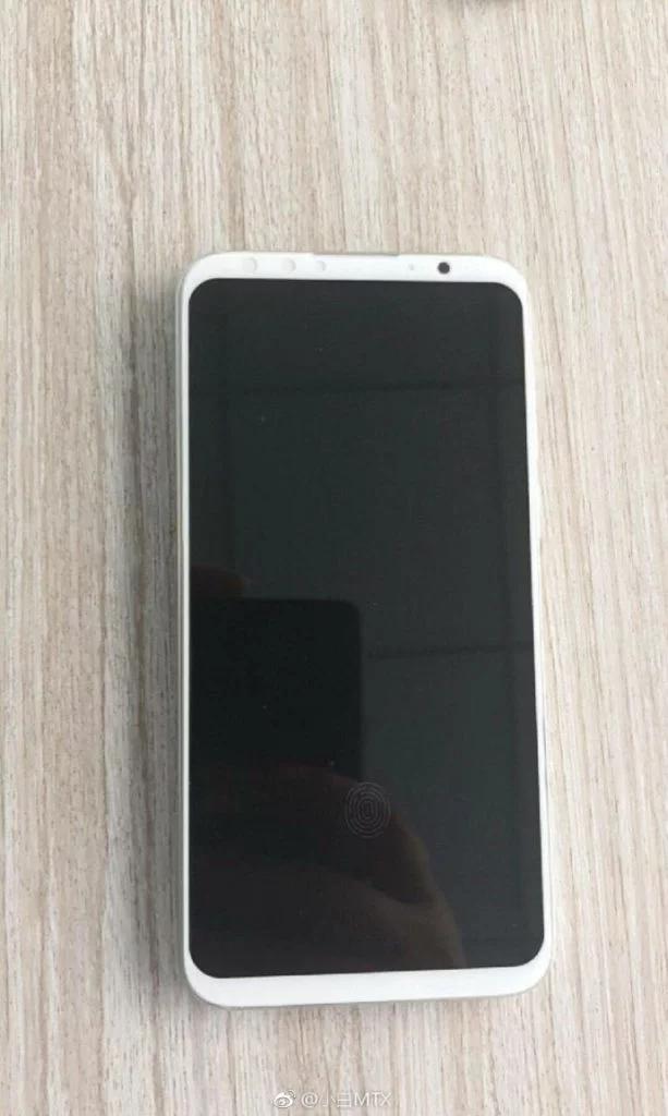 Белый Meizu 16 позирует на новых живых фото
