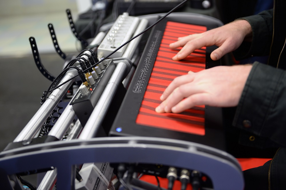 Континуум Хакена: электронный инструмент с отзывчивостью акустического - 1