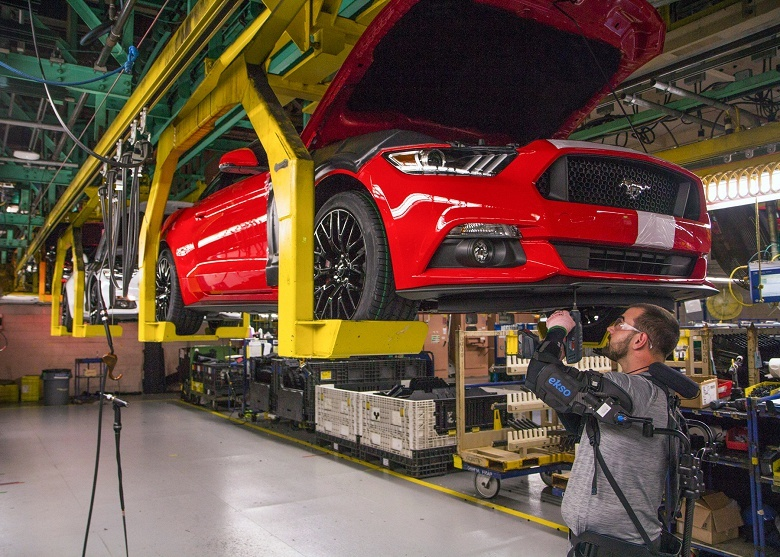 Сотрудники Ford уже используют экзоскелеты на производстве