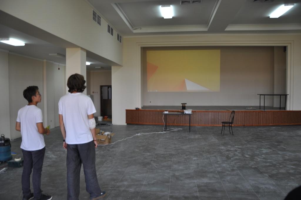 Пустой зал в среду вечером