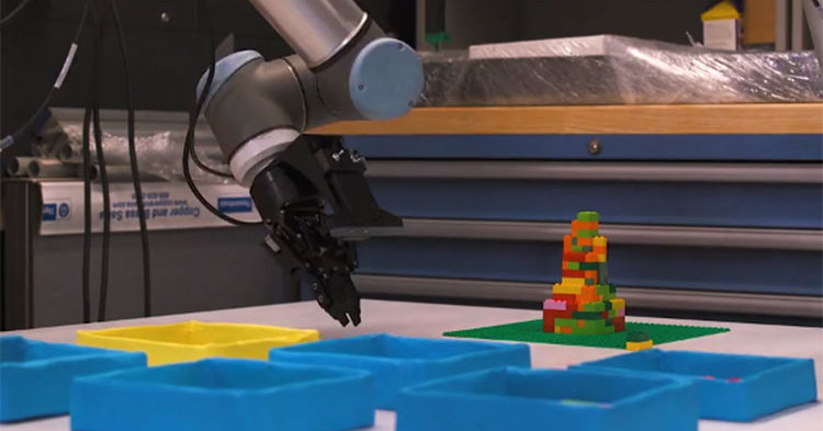 Робот учится собирать LEGO, и это не игрушки