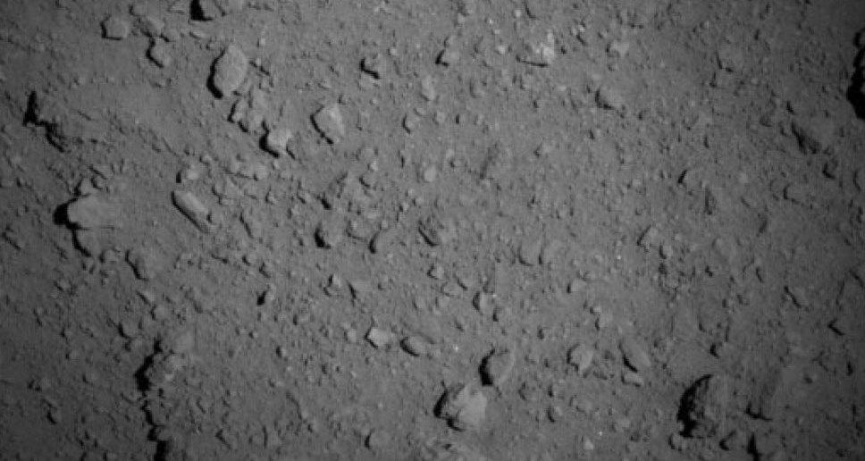 Станция «Хаябуса-2» сняла крупным планом поверхность астероида Рюгу