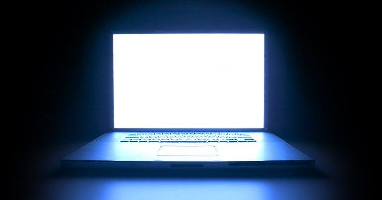 Почему свет от экранов вредит зрению?