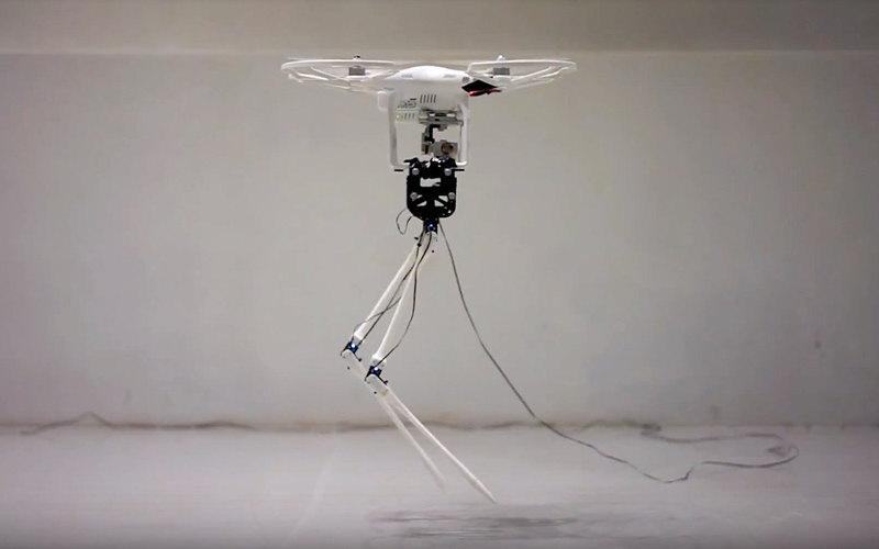 Двуногий робот, которому помогает ходить квадрокоптер
