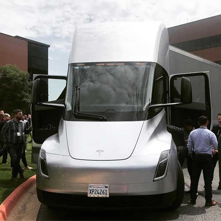 Электрогрузовик Tesla Semi проделал путешествие по всей стране «в одиночку»