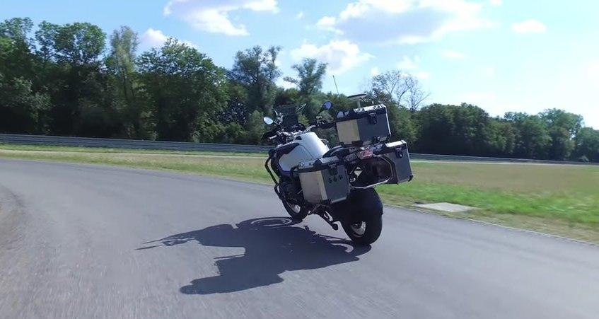 Беспилотный мотоцикл BMW едет по треку: видео