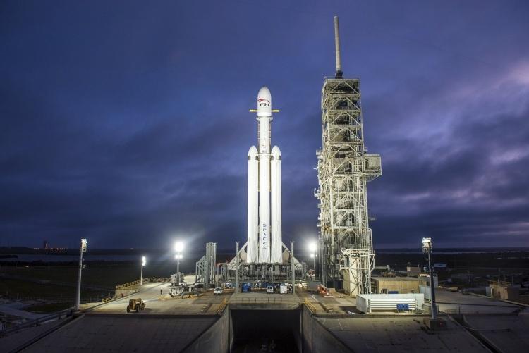 SpaceX подписала контракт с первым туристом на полёт вокруг Луны