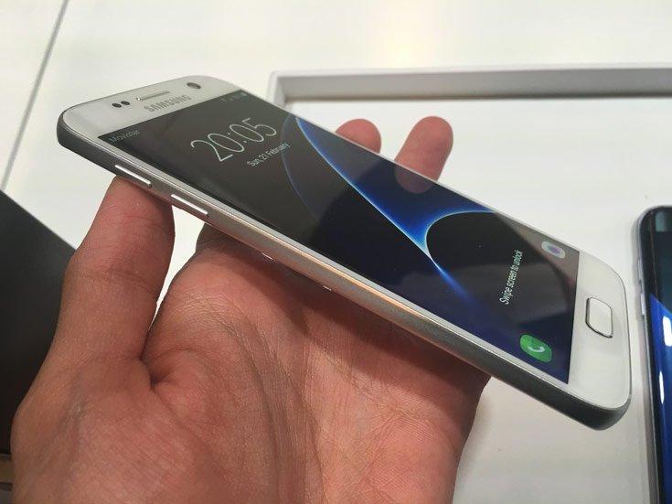 Одна из версий Samsung Galaxy S10 получит плоский экран