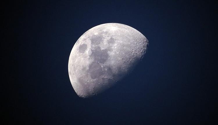 Представлена новая карта распределения водяного льда на Луне