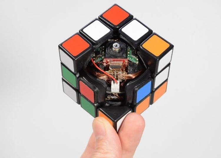 Видео дня: самособирающийся Кубик Рубика