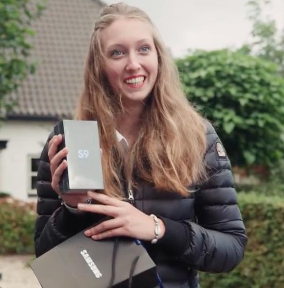 Samsung троллит Apple, раздавая бесплатные смартфоны Galaxy S9 в «яблочной» деревушке