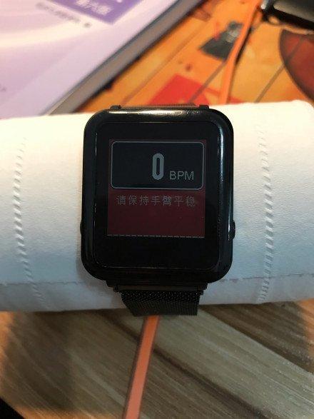 Фитнес-браслет Xiaomi Mi Band 3 находит пульс у салфетки