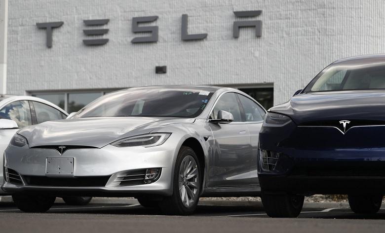 Tesla поднимает цены на электромобили и сокращает выбор опций