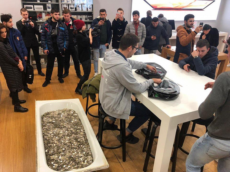 Хайпанули: в Москве купили новый iPhone XS за ванну мелочи