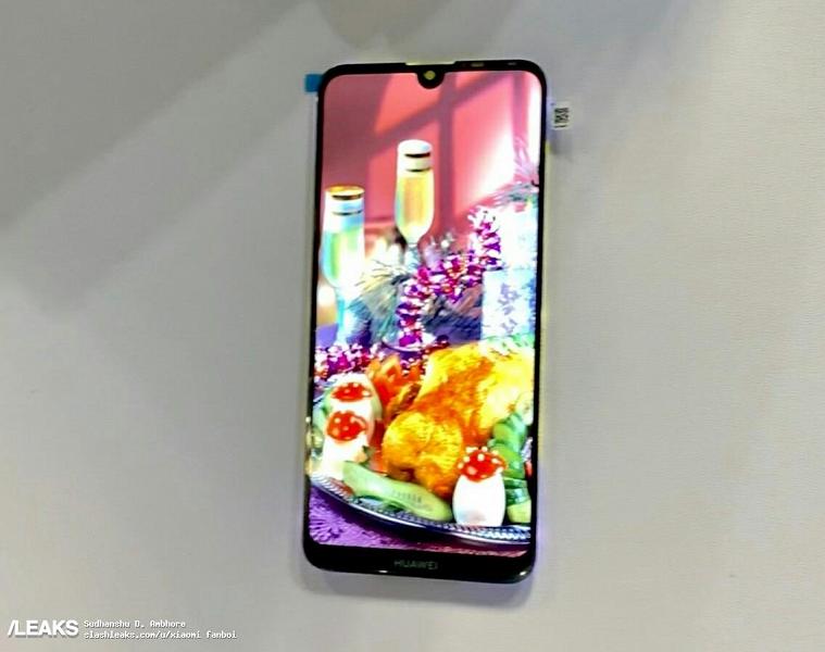 Появились фотографии экрана смартфона Huawei с полукруглым вырезом
