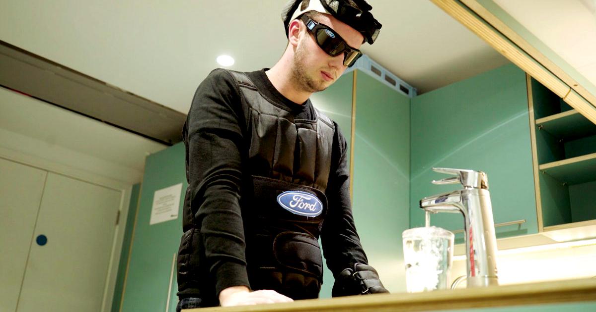 Ford создал костюм, имитирующий состояние сильной усталости водителя