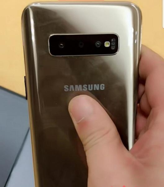 Флагманский смартфон Samsung Galaxy S10+ позирует на живых фото