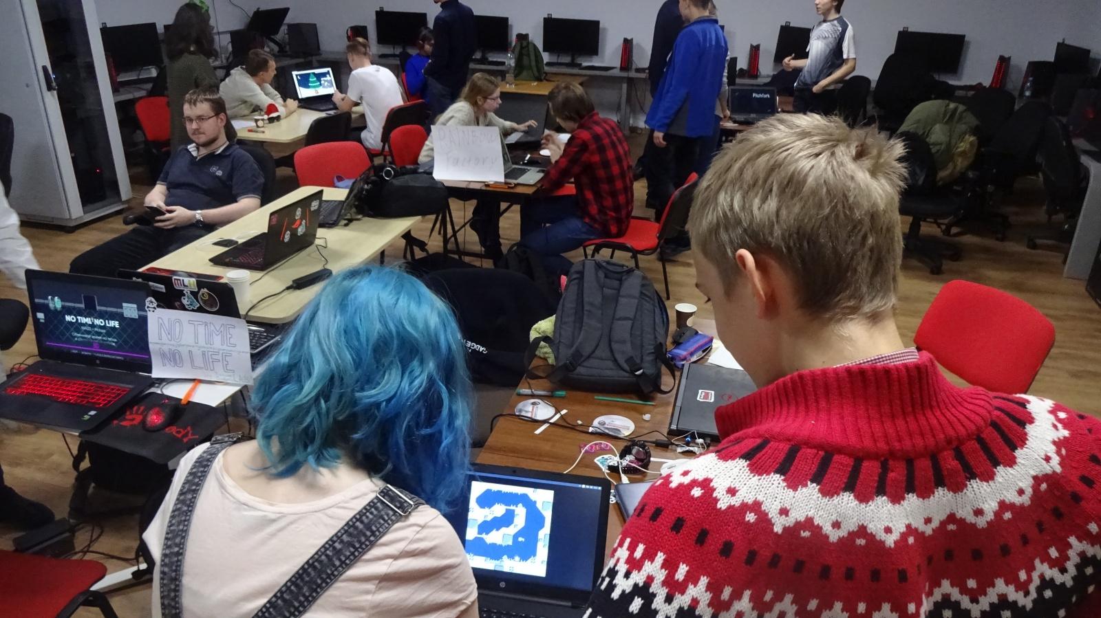 Участники облепили ноутбук с запущенной игрой Jlim - игрой, запускаемой на той самой PICO-8