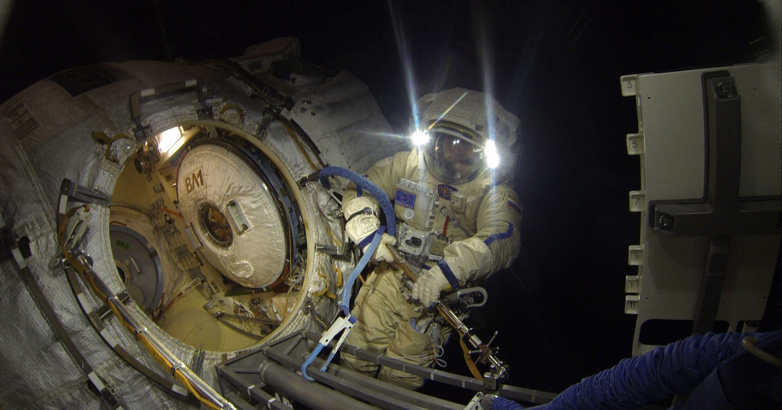 Выйди в открытый космос с космонавтами: прямая трансляция
