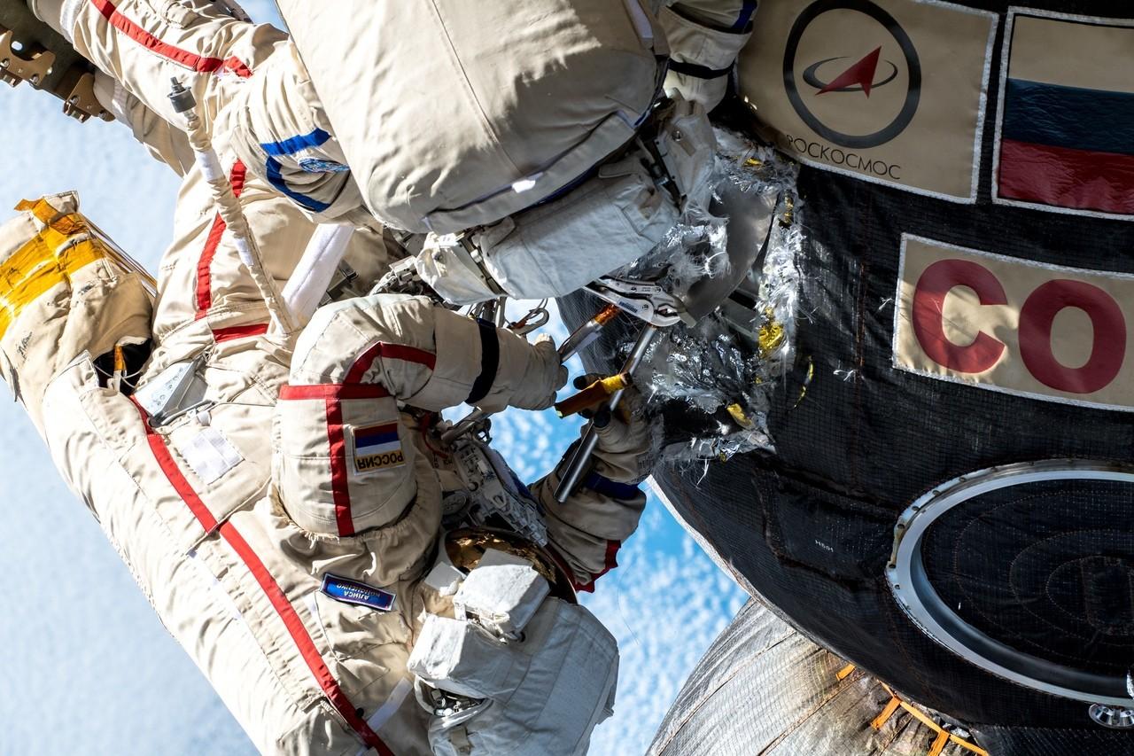 Шутки о недавнем выходе космонавтов в открытый космос - 1