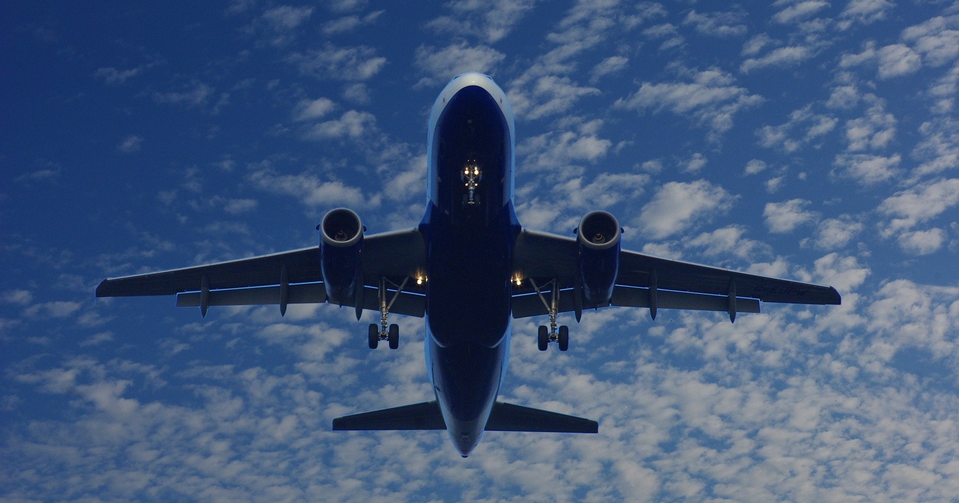 Почему после взлета двигатели самолета затихают, и кажется, что он падает?