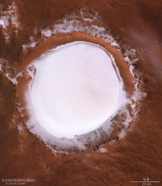 Рождественская открытка с Марса. ESA показало большое скопление льда на поверхности красной планеты - 2