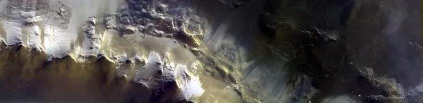 Рождественская открытка с Марса. ESA показало большое скопление льда на поверхности красной планеты - 3