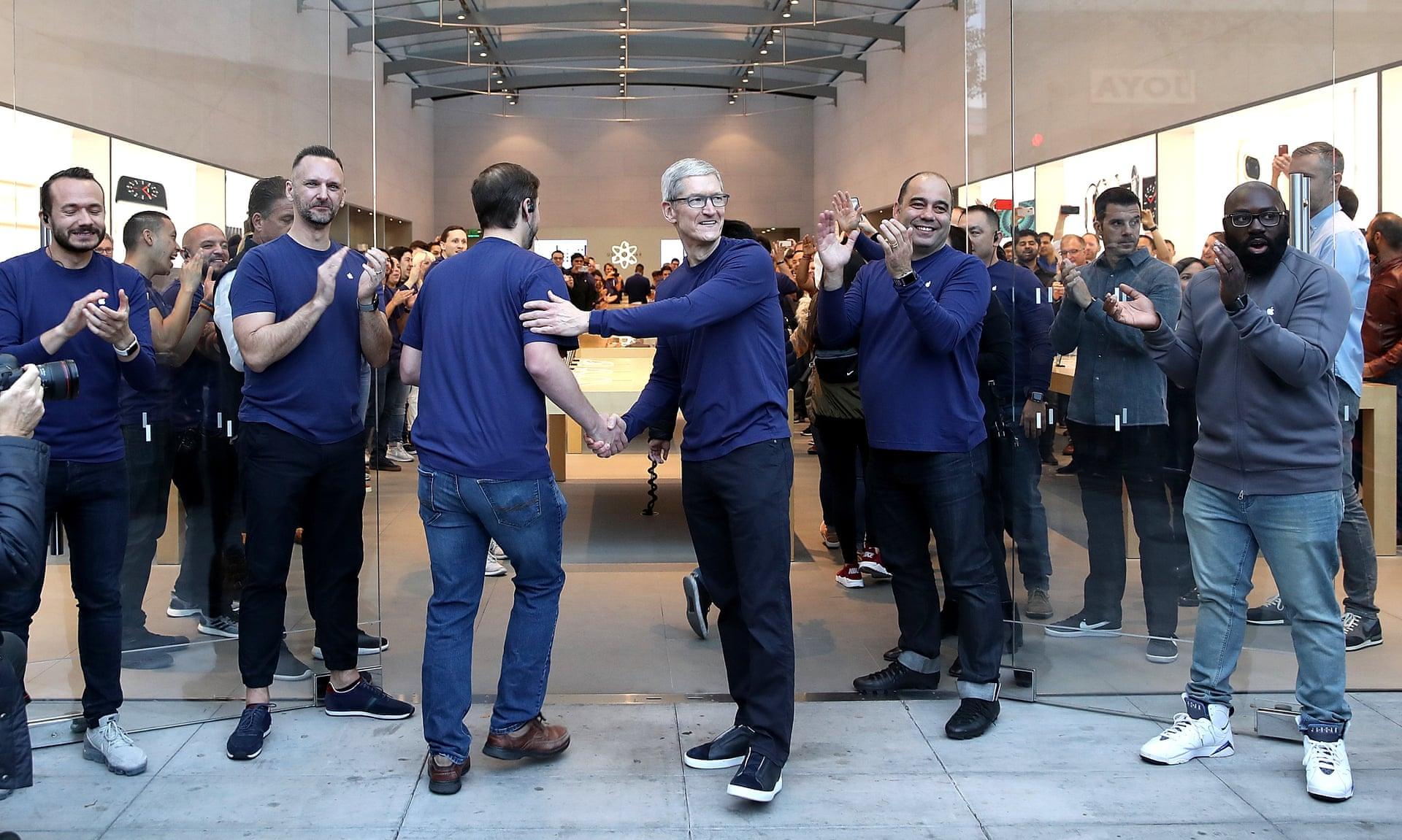 Аплодисменты и одобрительные возгласы: тщательно управляемая драма в магазинах Apple - 2