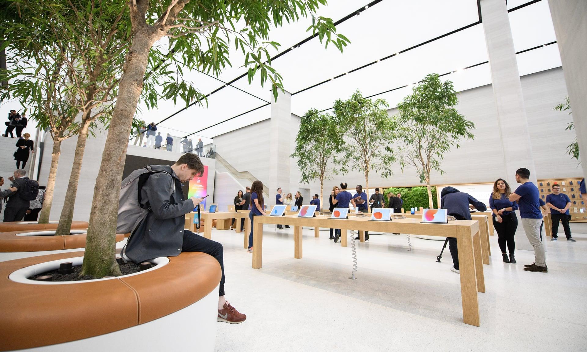 Аплодисменты и одобрительные возгласы: тщательно управляемая драма в магазинах Apple - 1