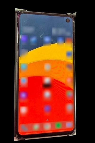 «Живое» фото смартфона Galaxy S10: тонкие рамки, камера в экране и изогнутый дисплей