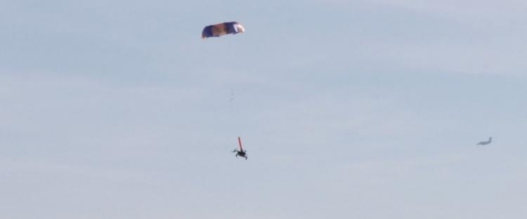 Видео: с парашютами Indemnis Nexus дронам DJI разрешено летать над группами людей