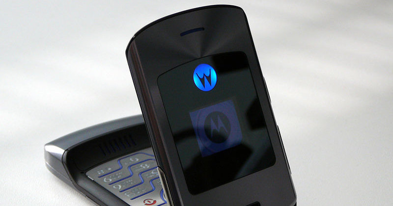 Легендарный Motorola RAZR готовятся возродить в виде складного смартфона
