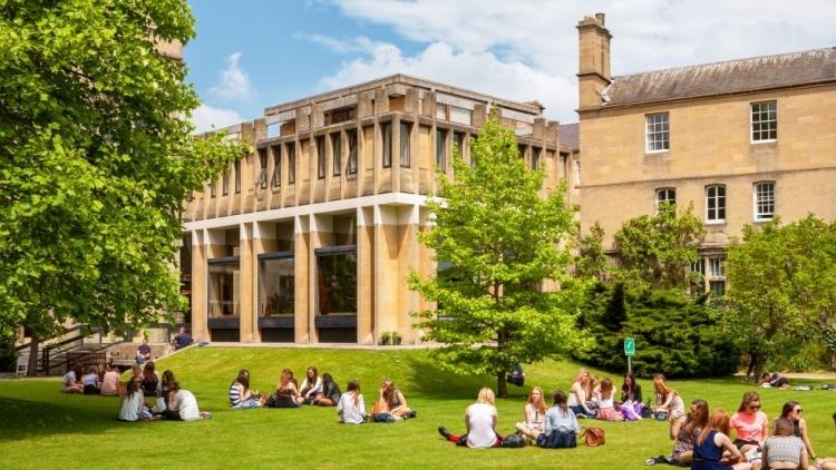Оксфордский университет отказался от благотворительных взносов и грантов Huawei