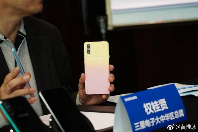 Дамский смартфон Samsung Galaxy A8s FE получил необычную окраску