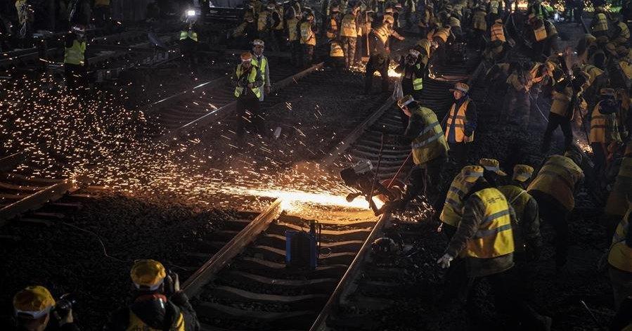 В Китае за ночь заменили все рельсы на вокзале