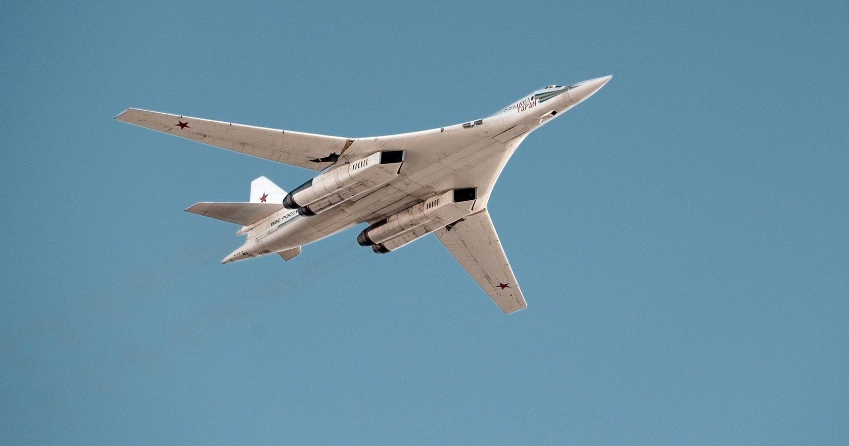 Ту-160 заправился ночью над Арктикой: видео