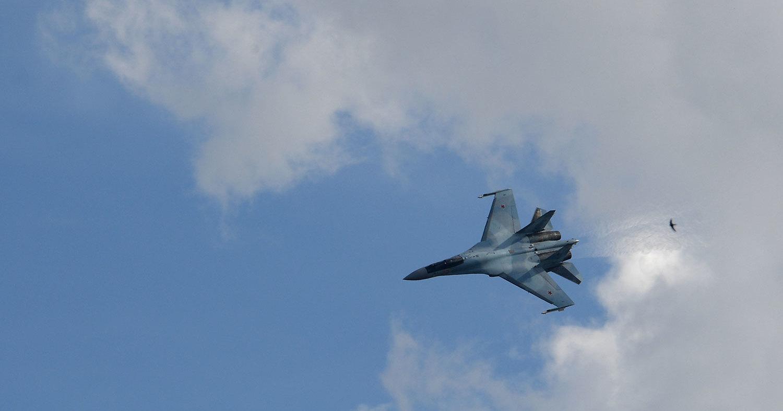 Су-27 жёстко отогнал F-15 от спецборта: видео