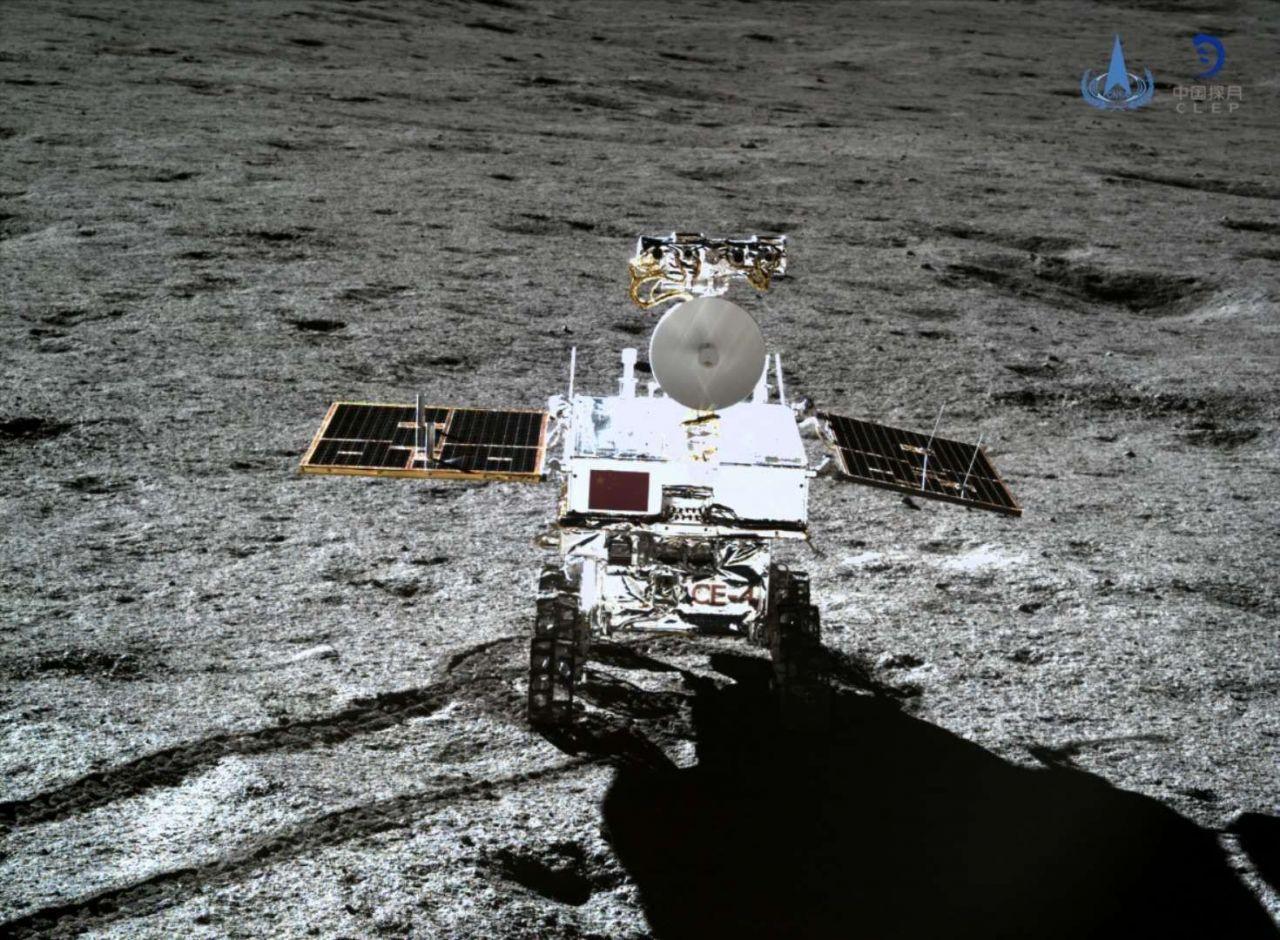 Видео процесса спуска ровера «Юйту-2», его первые метры по поверхности Луны. Двухнедельный сон на Луне закончен - 1