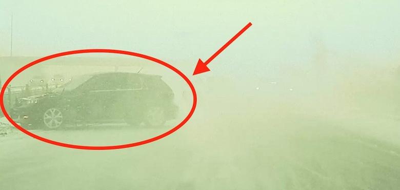 Видео дня: Tesla Model 3 избежала ДТП, сквозь снегопад разглядев опасность раньше водителя
