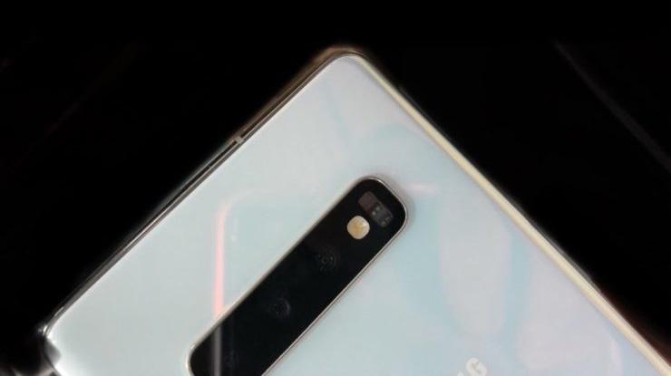 Фото: «жемчужный» Samsung Galaxy S10+ в керамической отделке