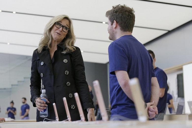 И ещё одна потеря: из Apple ушла Анджела Арендтс, которая в своё время придумала актуальную концепцию магазинов Apple Store