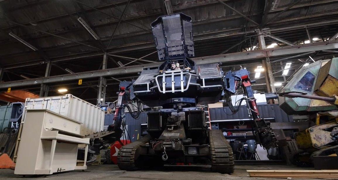 Огромный боевой робот пробует играть на пианино