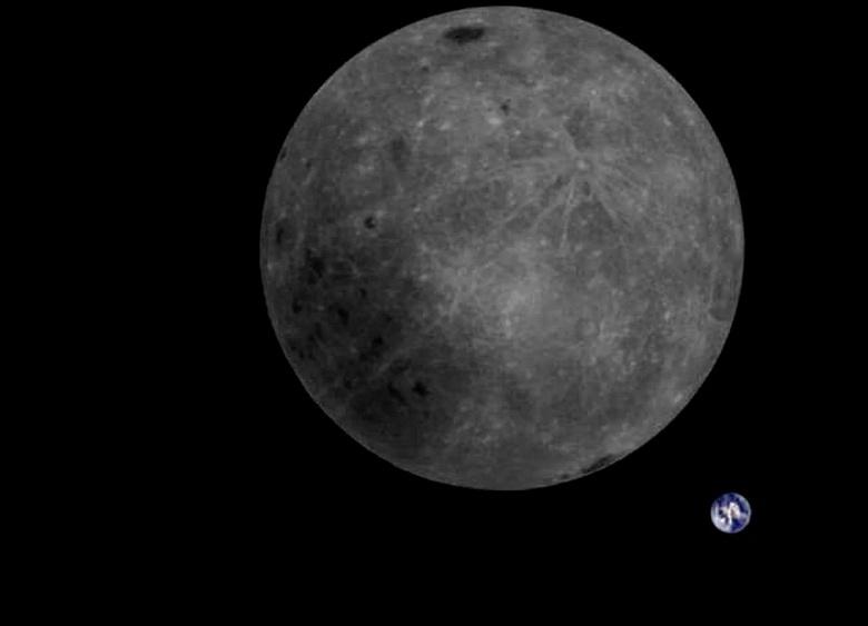 Фото дня: крохотная Земля на фоне огромной Луны в объективе китайского космического аппарата