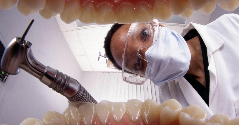 Употребление энергетиков довело британца до потери зубов