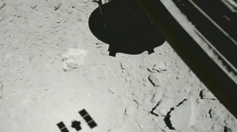 «Хаябуса-2» впервые коснулся астероида - 1