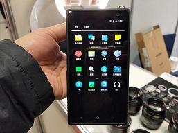 Она существует. На CP+ 2019 показана беззеркальная камера Yongnuo YN450 4G формата Micro Four Thirds с креплением Canon EF, работающая под управлением Android